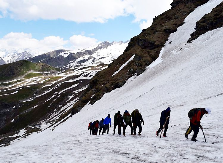 Experience the bliss of Himalayas with best treks in Himachal Pradesh