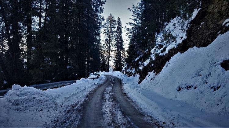 Snow-covered-roads-in-Narkanda-in-winters